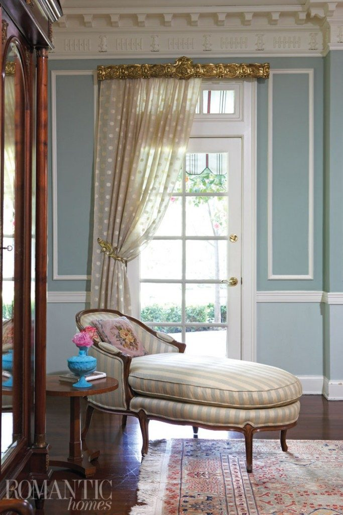 A traditional chaise longue