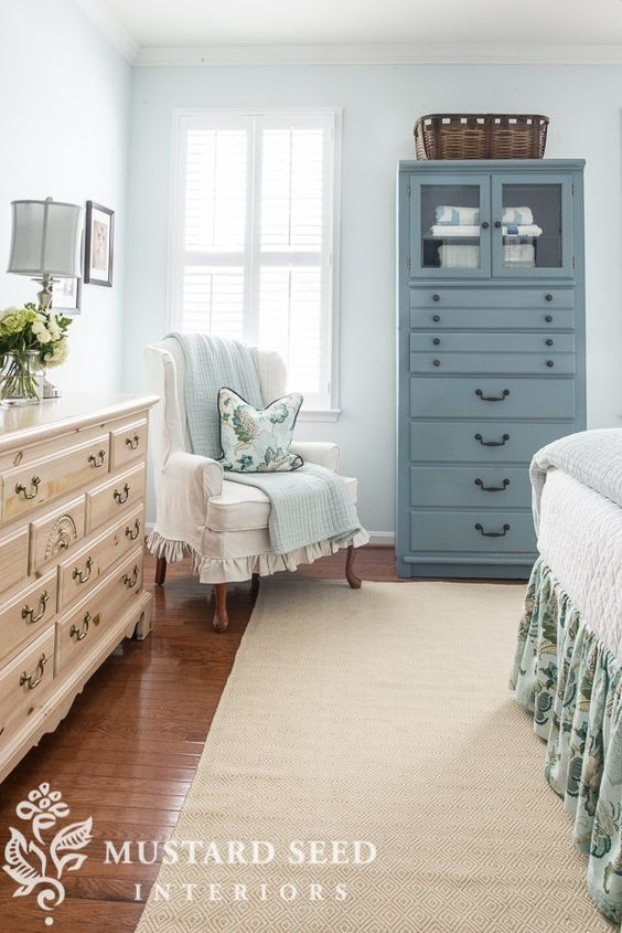 Coastal bedroom with neutral rug