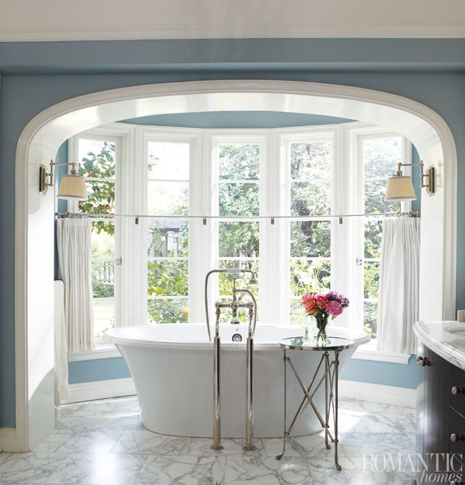 A relaxing bath starts with a relaxing atmosphere. Here blue and white create a serene space.