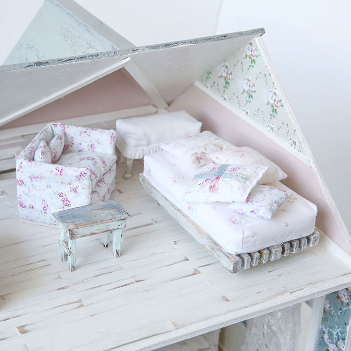 Ben Peck Whiston draws inspiration from Rachel Ashwell's Shabby Chic creations and shrinks them down to dollhouse-size. #romantichomes