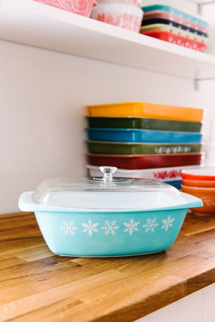 The turquoise snowflake pattern is among the first screen-printed patterns that Corning produced for the Pyrex line. #romantichomes