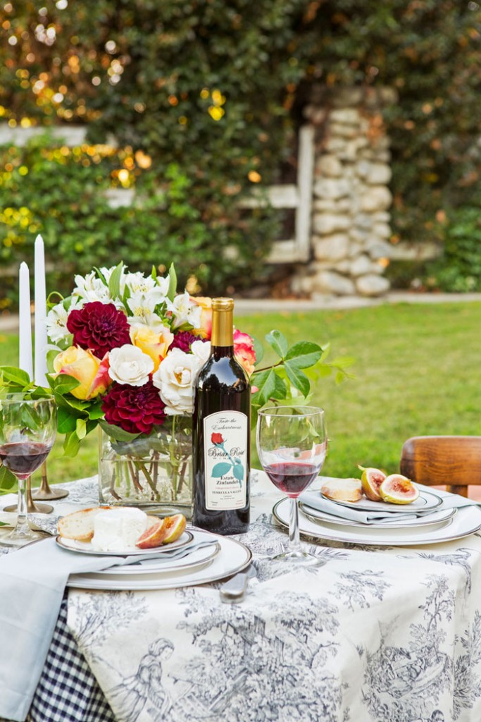 Layer flavors for taste and linens for elegance. Remember too, that food almost always tastes better enjoyed in pleasant weather. #outdoordining #romantichomes