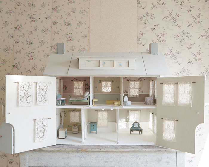 At the beginning, Ben only made miniature furniture pieces, but later he built an imitation vintage dollhouse too.